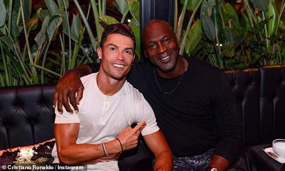 Ronaldo bo hơn nửa tỉ đồng cho nhân viên khách sạn - Ảnh 1.