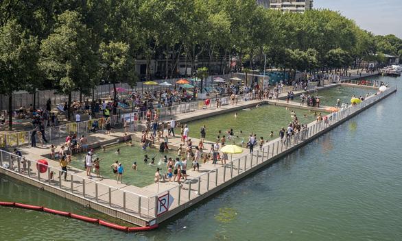 Paris mở cửa công viên, hồ bơi suốt đêm cho dân chống nóng  - Ảnh 1.