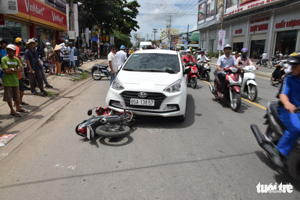 Tông và kéo lê xe cảnh sát cả cây số khi bị kiểm tra ma túy - Ảnh 1.