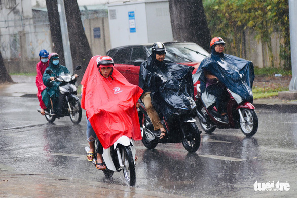 Ba ngày thi THPT quốc gia: Miền Bắc miền Nam mưa, miền Trung nắng - Ảnh 2.