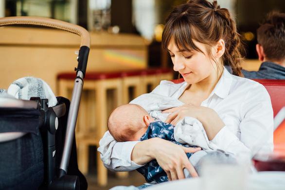 Không cần cho trẻ sơ sinh dưới 6 tháng tuổi uống nước - Ảnh 1.
