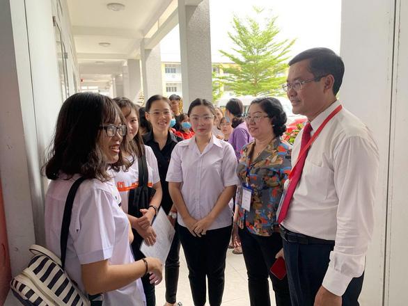 Gần 900.000 học sinh làm thủ tục thi THPT quốc gia, thí sinh lo lắng môn văn và lịch sử - Ảnh 17.