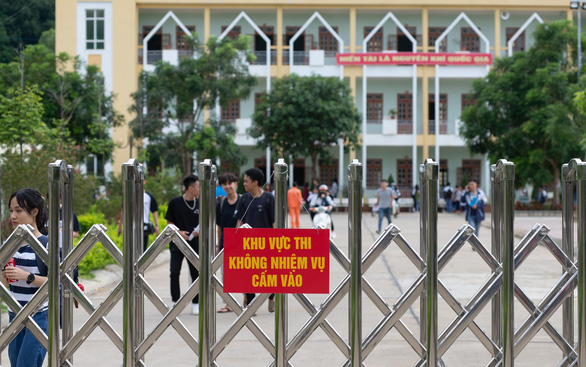 Có thẻ tác nghiệp, phóng viên Tuổi Trẻ vẫn bị điểm thi ở Sơn La 'cấm cửa' - Ảnh 1.