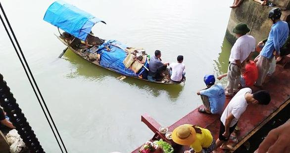Lật thuyền đánh cá, hai bà cháu mất tích trên sông - Ảnh 1.