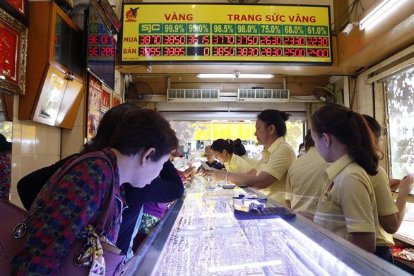 Giá vàng Việt Nam rẻ hơn thế giới 470.000 đồng/lượng - Ảnh 1.