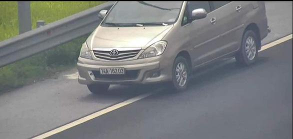 Nữ tài xế lùi xe trên cao tốc Hà Nội - Hải Phòng bị phạt 1 triệu đồng - Ảnh 1.