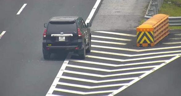 Nữ tài xế lùi xe trên cao tốc Hà Nội - Hải Phòng bị phạt 1 triệu đồng - Ảnh 2.