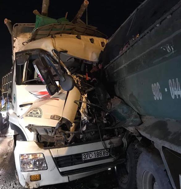 Xe tải tông nhau trên cầu Thanh Trì, hai người tử vong - Ảnh 2.