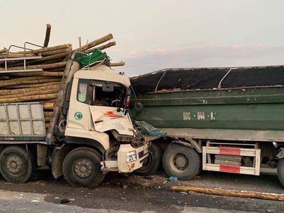 Xe tải tông nhau trên cầu Thanh Trì, hai người tử vong - Ảnh 1.