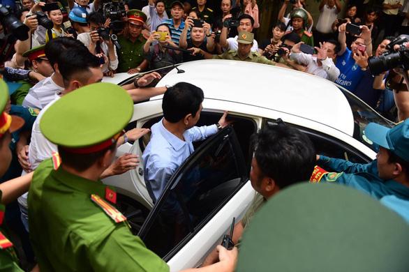 Xử ông Nguyễn Hữu Linh nghi dâm ô bé gái: Tòa trả hồ sơ - Ảnh 5.