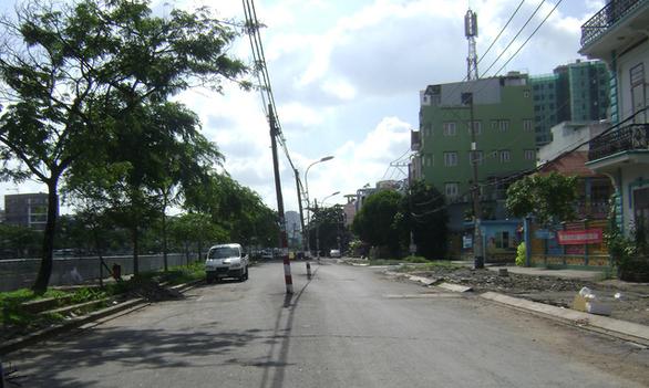 Cột điện cả hàng giữa đường khiến dân phập phồng - Ảnh 1.