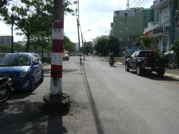 Cột điện cả hàng giữa đường khiến dân phập phồng - Ảnh 2.