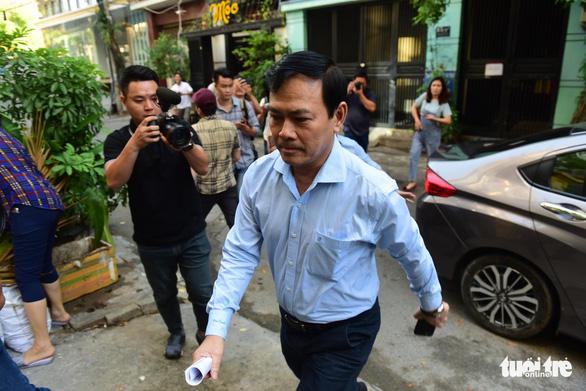 Ông Nguyễn Hữu Linh hầu tòa vụ nghi dâm ô bé gái trong thang máy - Ảnh 1.