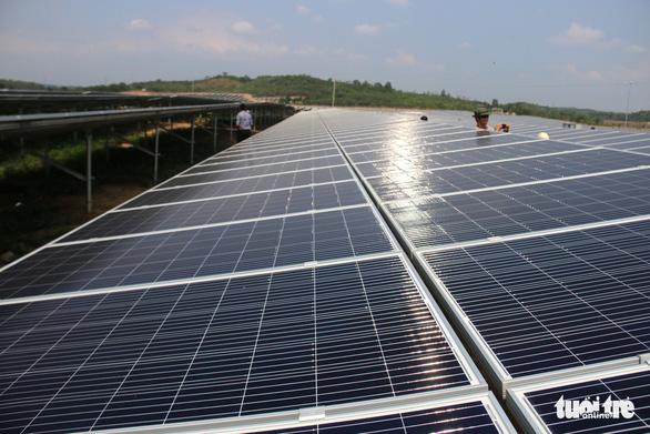 Điện mặt trời gặp khó, tư nhân muốn tham gia xây lưới điện truyền tải - Ảnh 1.