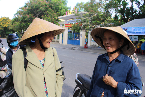 Hai con bị mù, bà ngoại 71 tuổi lội bộ 5km đón xe đưa cháu đi thi - Ảnh 2.