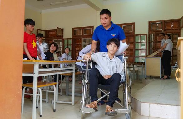 Tỉnh dậy sau 8 ngày viêm não cấp, đi thi trên xe lăn tay gắn ống truyền - Ảnh 2.