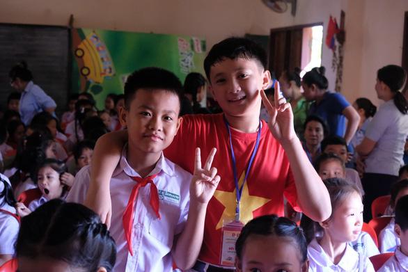 Chiến sĩ tình nguyện trao học bổng cho học sinh Lào - Ảnh 3.