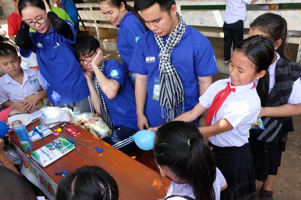 Chiến sĩ tình nguyện trao học bổng cho học sinh Lào - Ảnh 4.