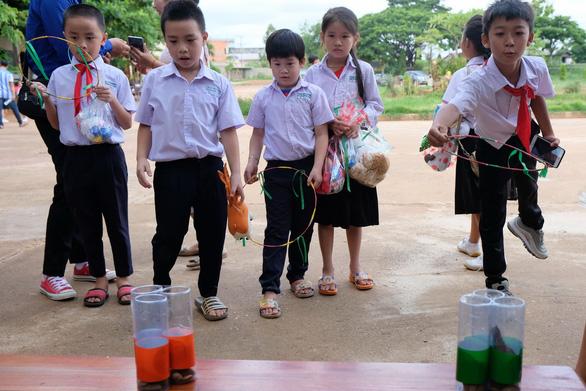 Chiến sĩ tình nguyện trao học bổng cho học sinh Lào - Ảnh 5.