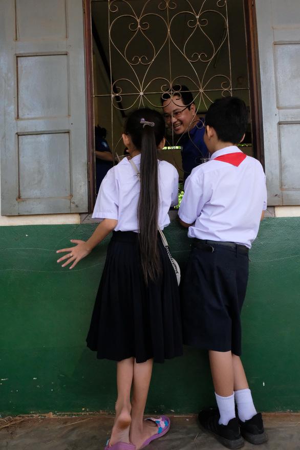 Chiến sĩ tình nguyện trao học bổng cho học sinh Lào - Ảnh 6.