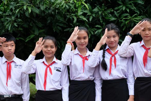 Chiến sĩ tình nguyện trao học bổng cho học sinh Lào - Ảnh 7.