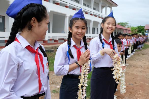 Chiến sĩ tình nguyện trao học bổng cho học sinh Lào - Ảnh 8.