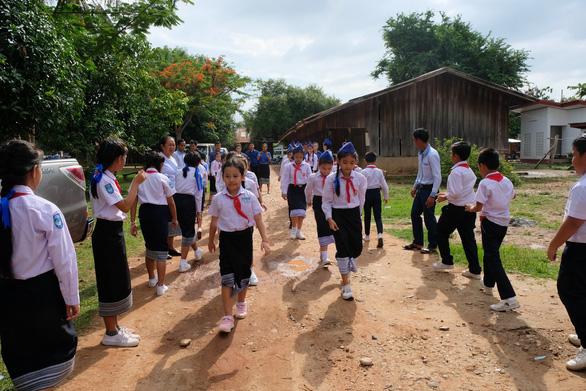 Chiến sĩ tình nguyện trao học bổng cho học sinh Lào - Ảnh 1.