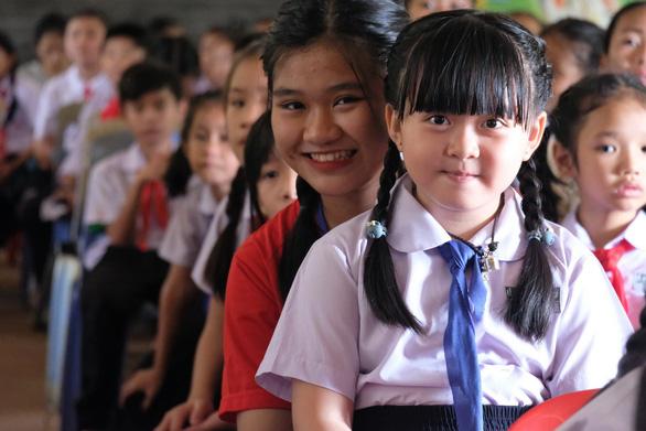 Chiến sĩ tình nguyện trao học bổng cho học sinh Lào - Ảnh 2.
