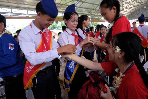 Chiến sĩ tình nguyện trao học bổng cho học sinh Lào - Ảnh 9.