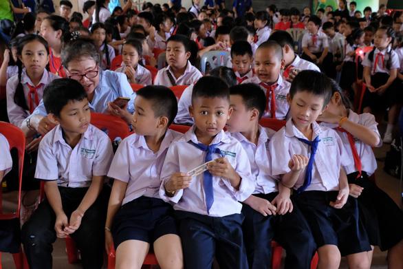 Chiến sĩ tình nguyện trao học bổng cho học sinh Lào - Ảnh 10.