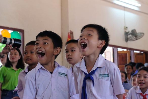 Chiến sĩ tình nguyện trao học bổng cho học sinh Lào - Ảnh 11.