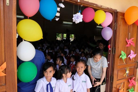Chiến sĩ tình nguyện trao học bổng cho học sinh Lào - Ảnh 12.