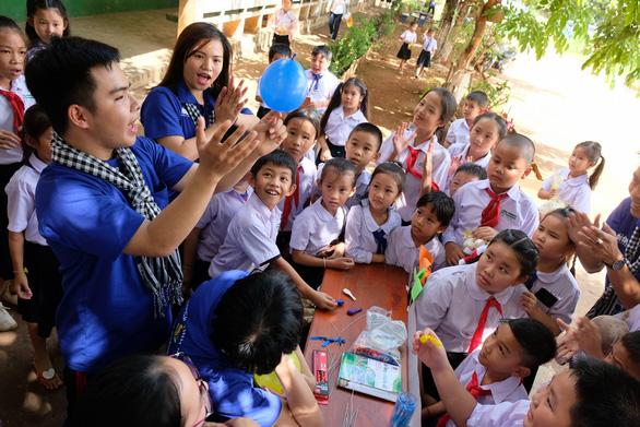 Chiến sĩ tình nguyện trao học bổng cho học sinh Lào - Ảnh 13.