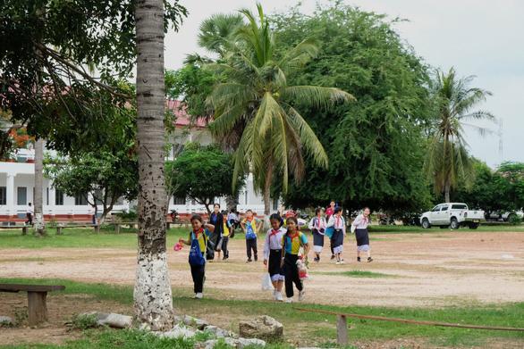 Chiến sĩ tình nguyện trao học bổng cho học sinh Lào - Ảnh 14.