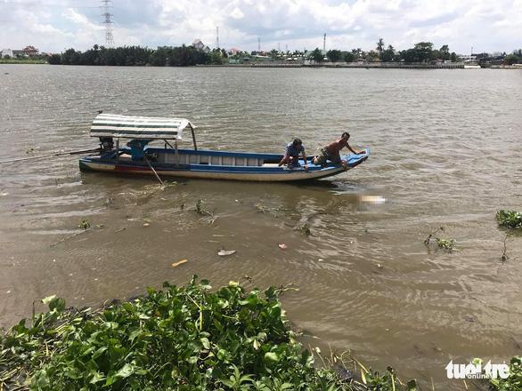 Vớt một lúc 2 thi thể nam giới trên sông Sài Gòn - Ảnh 1.