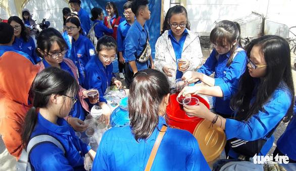Học sinh đàn em tặng nước mát cho học sinh đàn anh đi thi - Ảnh 2.
