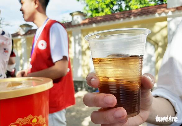 Học sinh đàn em tặng nước mát cho học sinh đàn anh đi thi - Ảnh 3.