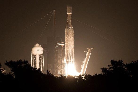 Tên lửa đưa tro cốt người vào không gian với giá 5.000 USD/gram? - Ảnh 1.