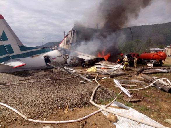 Máy bay chở 46 người lao vào nhà máy, hai phi công thiệt mạng - Ảnh 1.