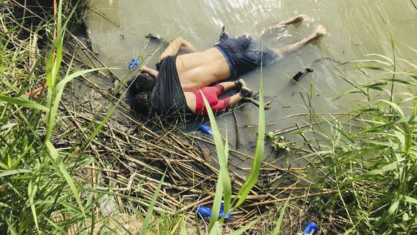 Câu chuyện bi thảm sau bức ảnh hai cha con di cư chết ở biên giới - Ảnh 1.