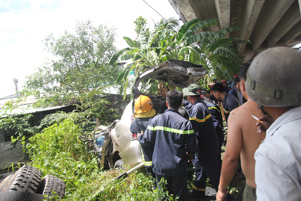 Đưa lên 4 người chìm trong xe rơi từ cầu Hàm Luông, một người đã chết - Ảnh 4.
