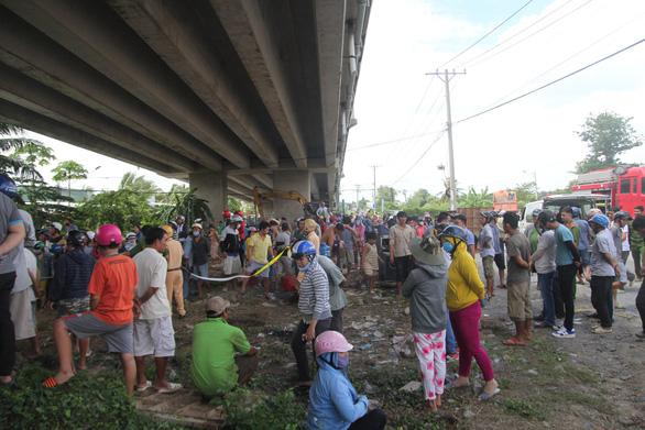 Đưa lên 4 người chìm trong xe rơi từ cầu Hàm Luông, một người đã chết - Ảnh 5.