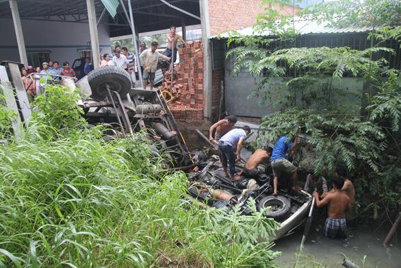 Đưa lên 4 người chìm trong xe rơi từ cầu Hàm Luông, một người đã chết - Ảnh 6.