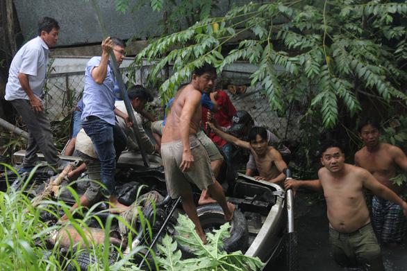 Đưa lên 4 người chìm trong xe rơi từ cầu Hàm Luông, một người đã chết - Ảnh 1.