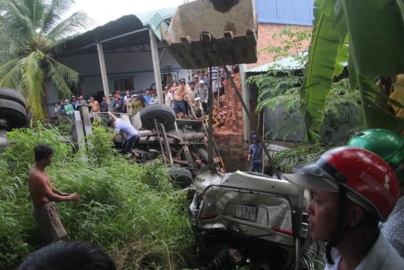 Đưa lên 4 người chìm trong xe rơi từ cầu Hàm Luông, một người đã chết - Ảnh 7.
