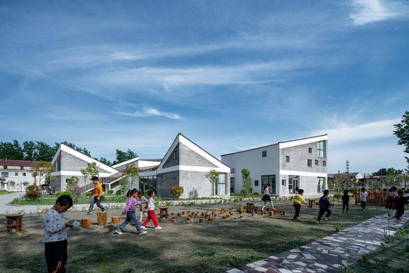 Trường mẫu giáo có kiến trúc như ngôi làng thu nhỏ ở Trung Quốc - Ảnh 2.