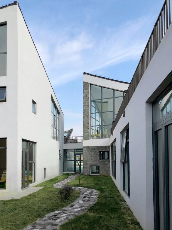 Trường mẫu giáo có kiến trúc như ngôi làng thu nhỏ ở Trung Quốc - Ảnh 5.