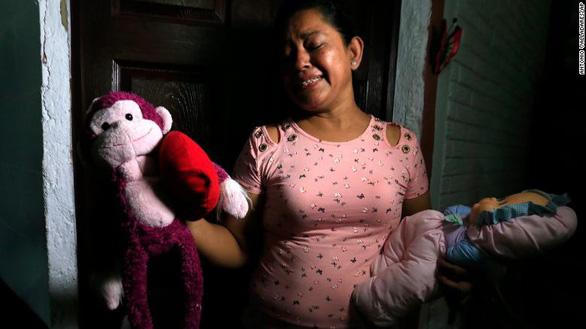 Câu chuyện bi thảm sau bức ảnh hai cha con di cư chết ở biên giới - Ảnh 2.