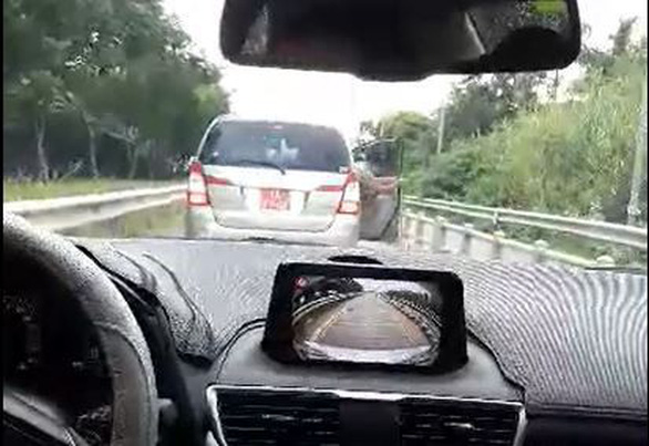 Xe biển đỏ lùi trên đường dẫn cao tốc là của Công ty Ba Son - Ảnh 1.