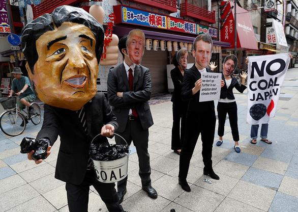 Các nhà lãnh đạo G20 xuống đường biểu tình ở Osaka - Ảnh 2.